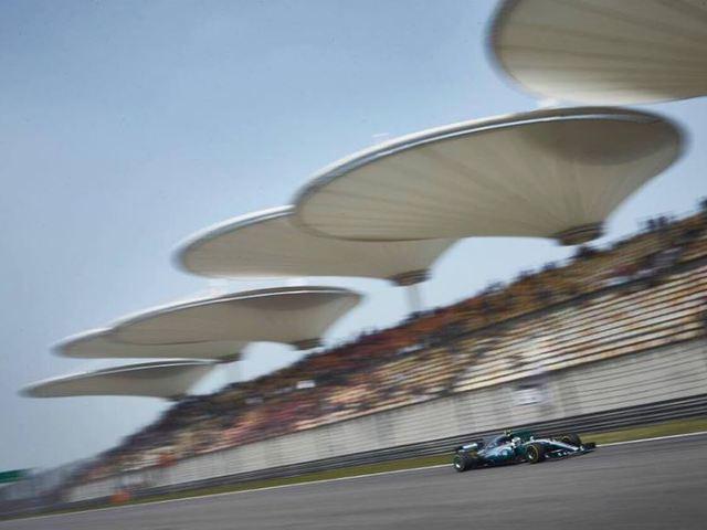 F1 Hamilton kemény csatát vívott a pole-ért Kínában