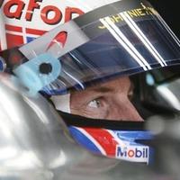 Button rövidítene a szingapúri versenytávon