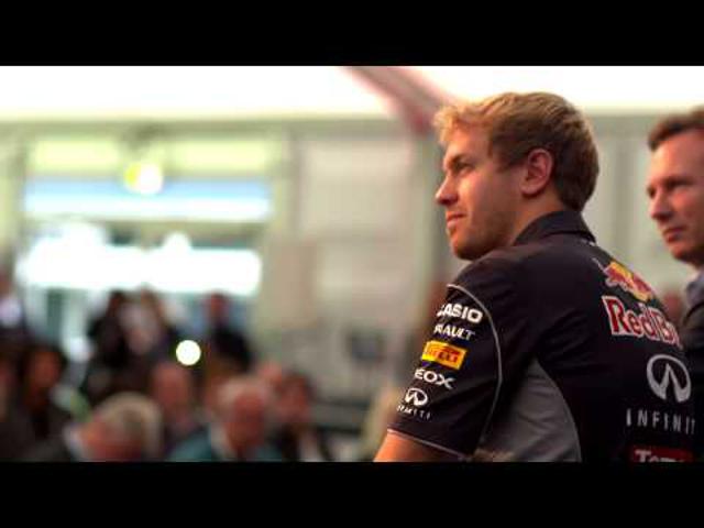 F1 Vettel négyszeres bajnokként tért vissza Milton Keynes-be (videóval)