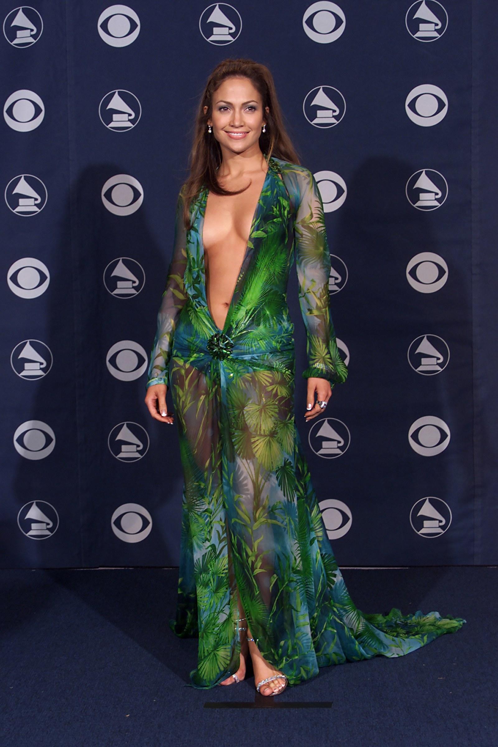 Csodáljuk meg még egyszer a ruhát, ami ezt az egész lavinát indította!<br />Még csak nem is J.Lo volt az első, aki viselte, mégis általa vált híressé.