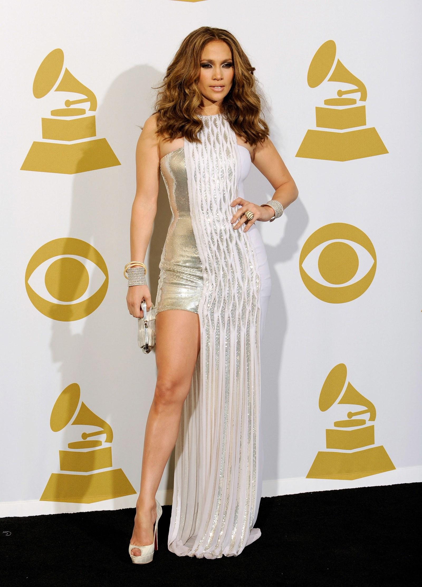 Éppen 10 évvel később, a 2010-es Grammy díjátadón újabb szexi Versace-ben láthatjuk az énekesnőt.