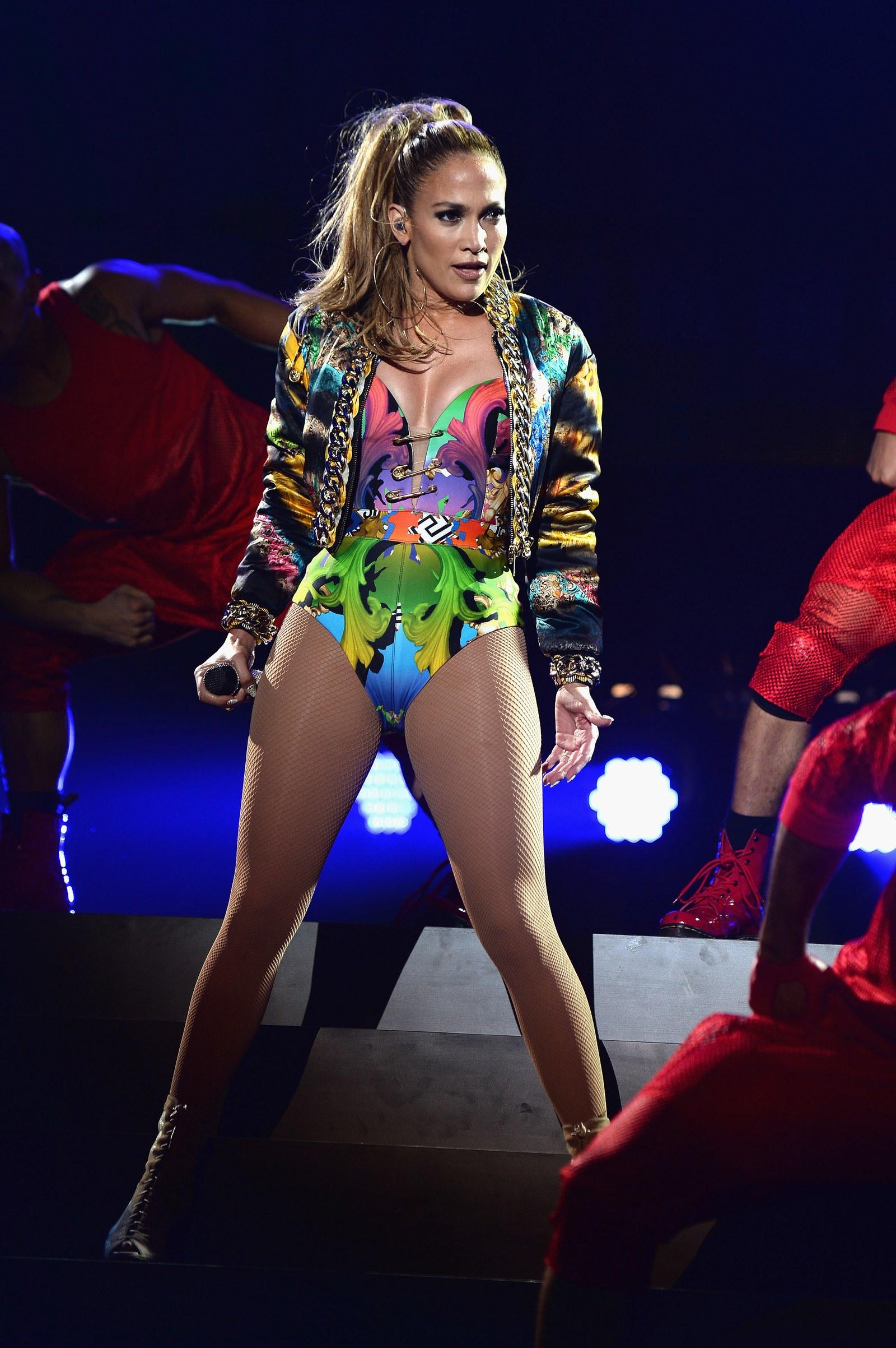 A Versace nem csak red carpet eseményeken, hanem a színpadon is gyakran öltözteti az énekesnőt.