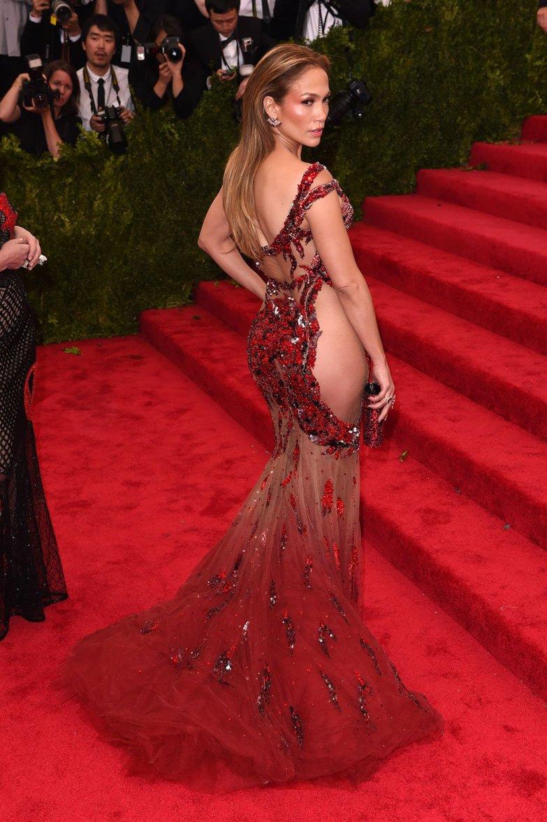 A 2015-ös MET gála idejére a naked dress trend már kifulladni látszott, de ez a piros, kézzel hímzett csoda új lendületet adott a stílusnak - és magasabbra tette a lécet a tervezők számára.