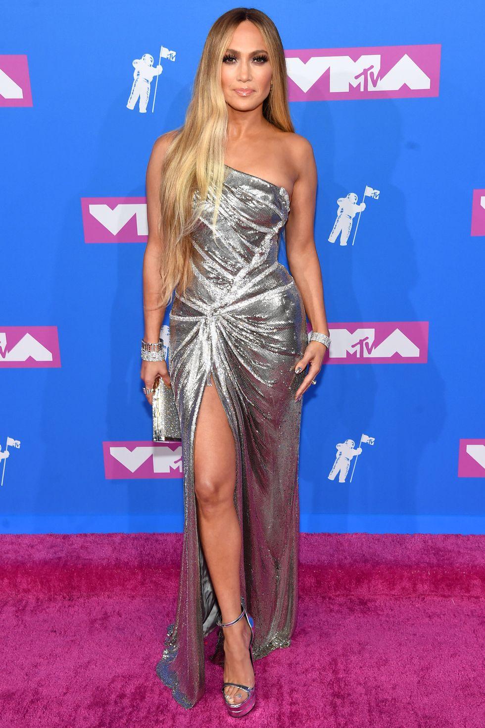 Az MTV VMA pink szőnyegén ezüst estélyiben.