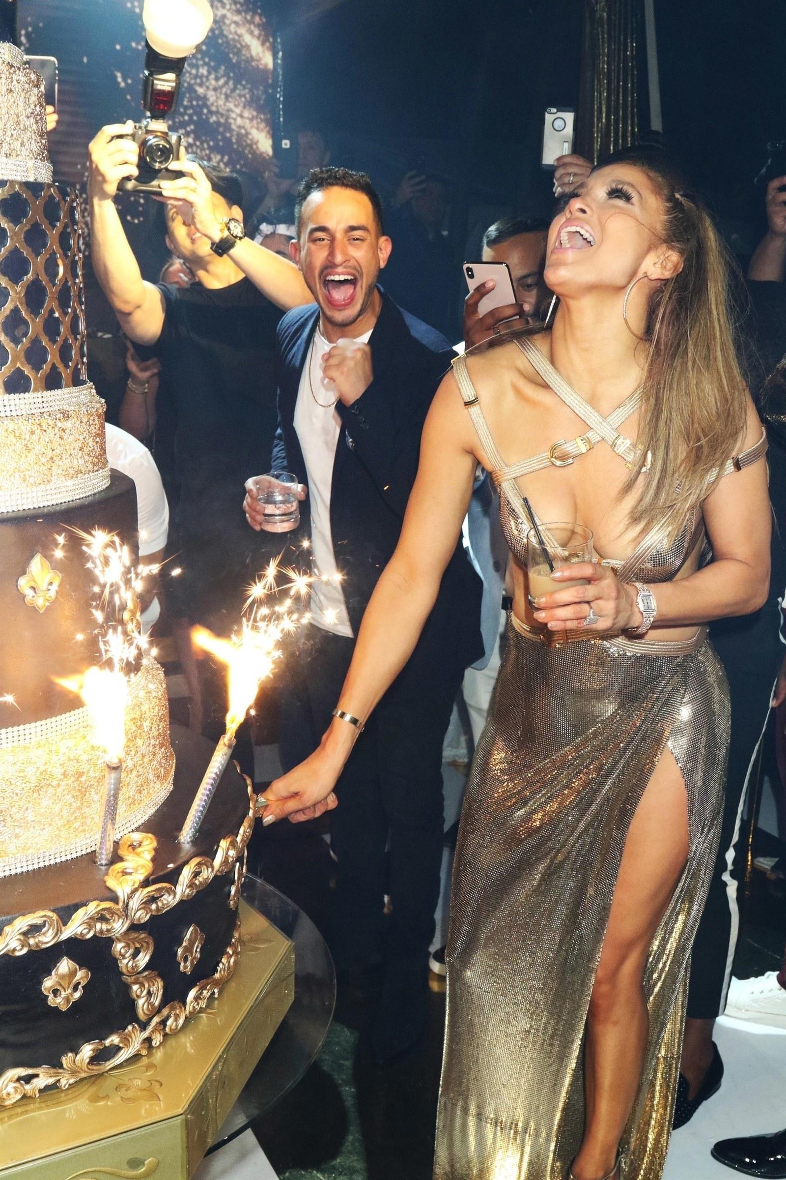 Jennifer Lopez 50. születésnapját is egy dögös Versace ruhában ünnepelte. (Btw, igen, már 50! Hihetetlen!)