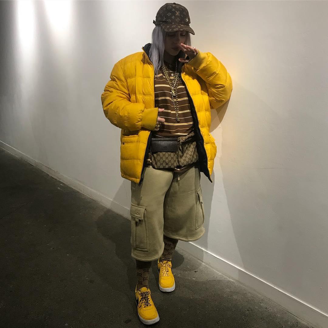 Idén télen simán megcsinálhatjuk, amit korábban divatbakinak tartottunk: mindenhol logó, sőt, a cipő meg a kabát egyforma színű.
