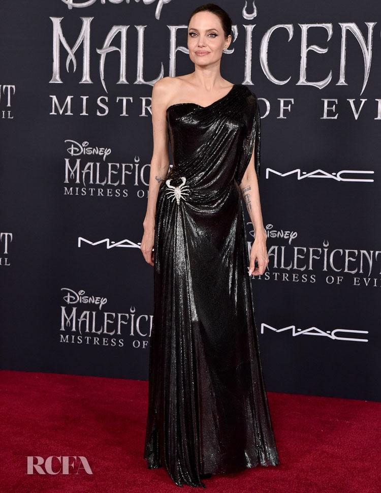 A Los Angeles-i világpremieren Angelina maradt a megszokott feketénél. A különleges Atelier Versace ruhát a csillogó skorpió díszítés teszi extrává.