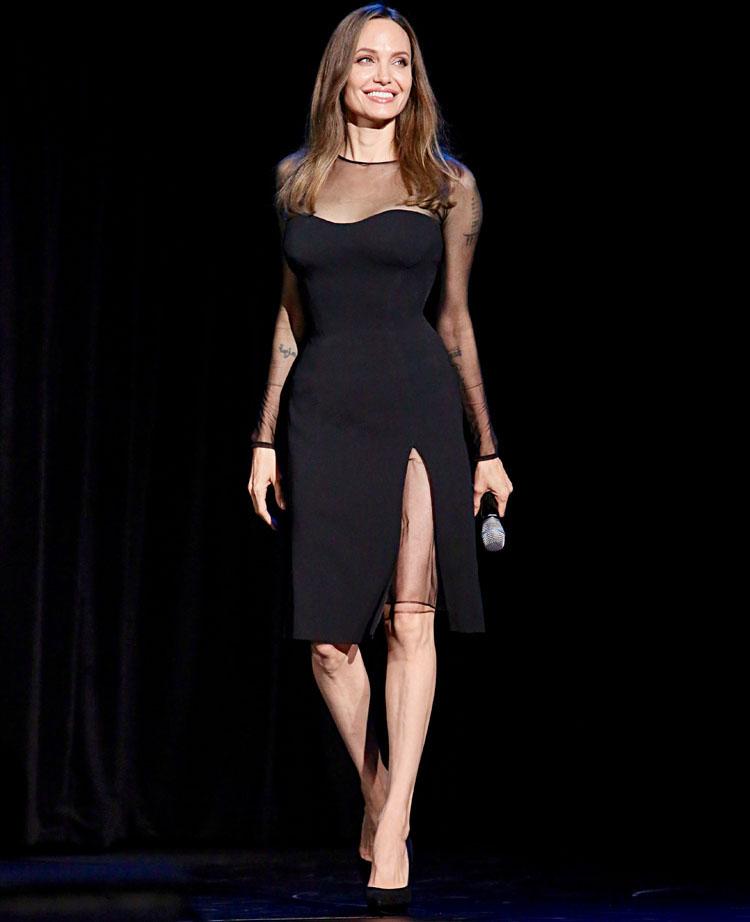 A kis fekete ruha Angeline Jolie módra: a Versace darabot az áttetsző részletek és a corset teszik különlegessé.
