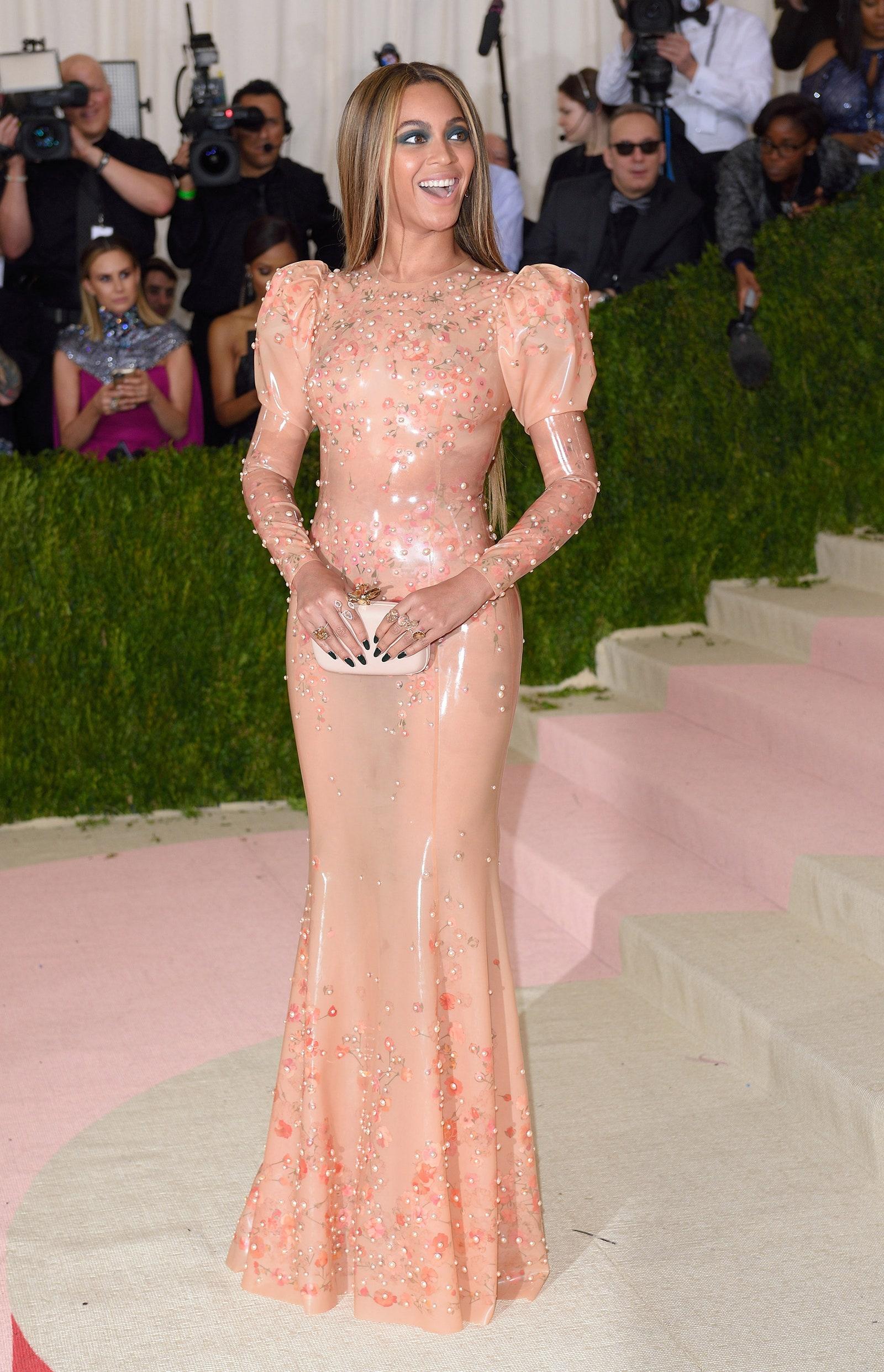 A passzos latex cucc, még mielőtt a Kardashian família hétköznapivá tette volna.<br /><br />BEYONCE<br />Givenchy Couture, 2016