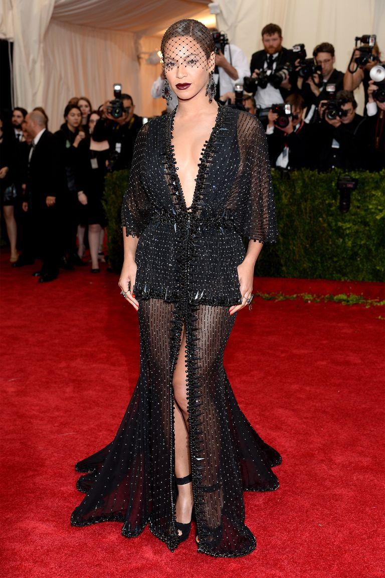 A királynő általában Givenchy-ban érkezik az eseményre. Érdemes a kissé fekete özvegyes sminket is megcsodálni!<br /><br />BEYONCE<br />Givenchy Couture, 2014<br />