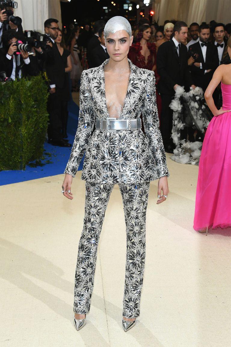 Ha a nadrágkosztüm nem lenne elég extra, Cara kopaszra borotválta a fejét, és ezüst hajat festetett magának.<br /><br />CARA DELEVINGNE<br />Chanel Couture, 2017