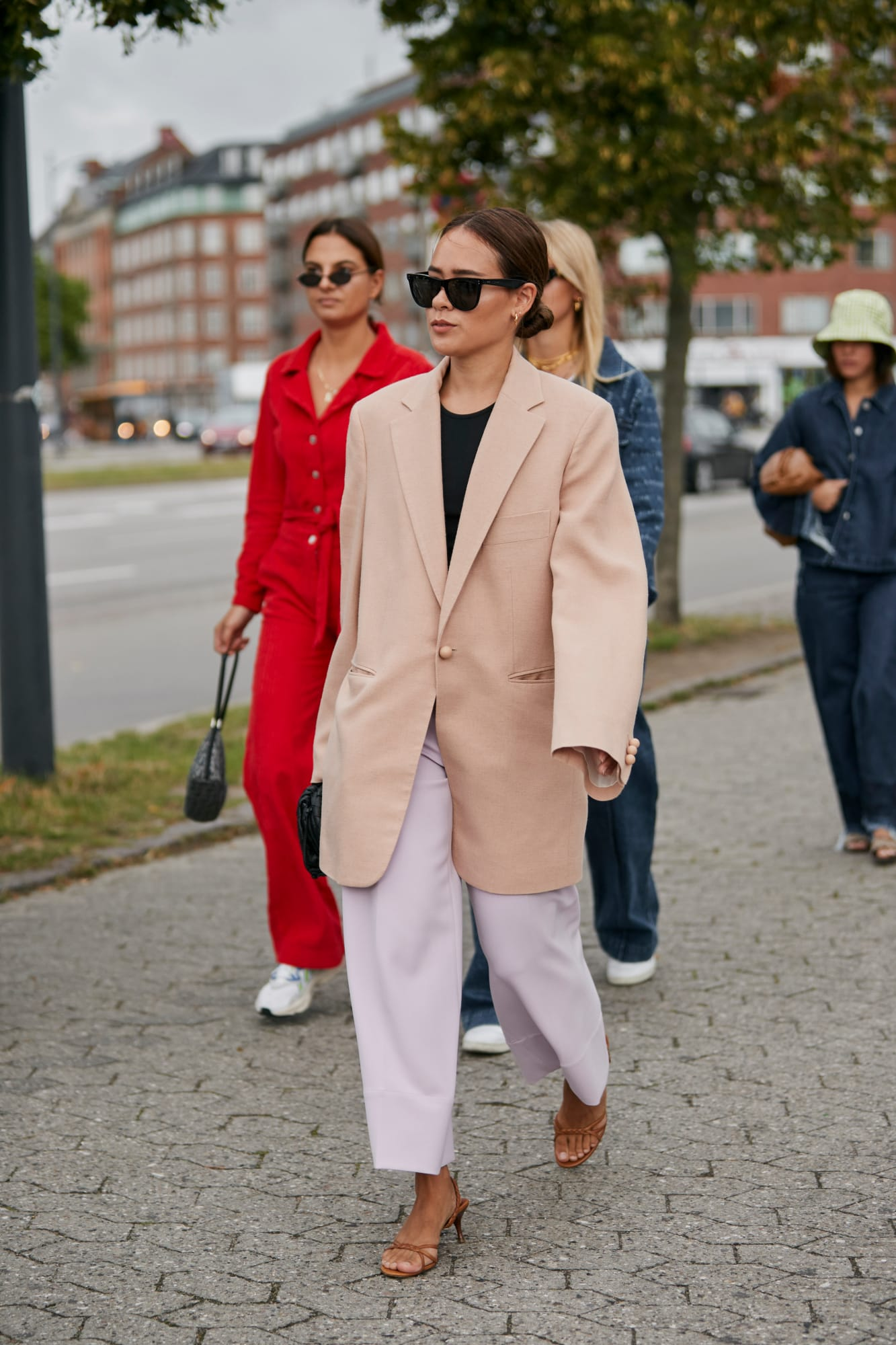 Az oversize blézer semleges színekkel, laza nadrággal kellemes átvezetés a nyári és őszi ruhatár között.<br />