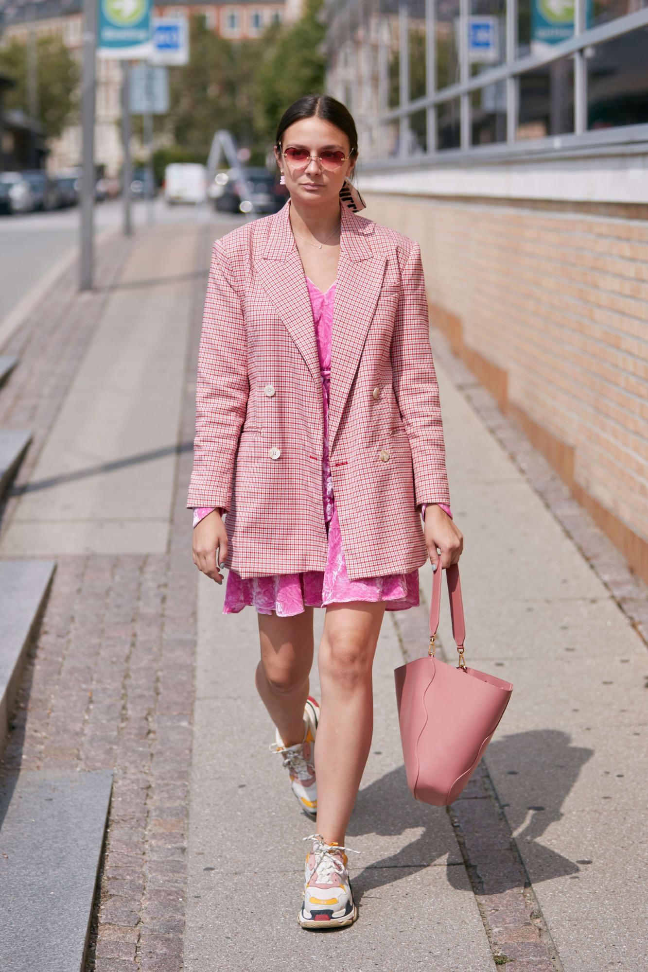 A cuki rózsaszín ruhát egy fokkal kevésbé Barbie babássá tehetjük egy kétsoros zakóval.<br />