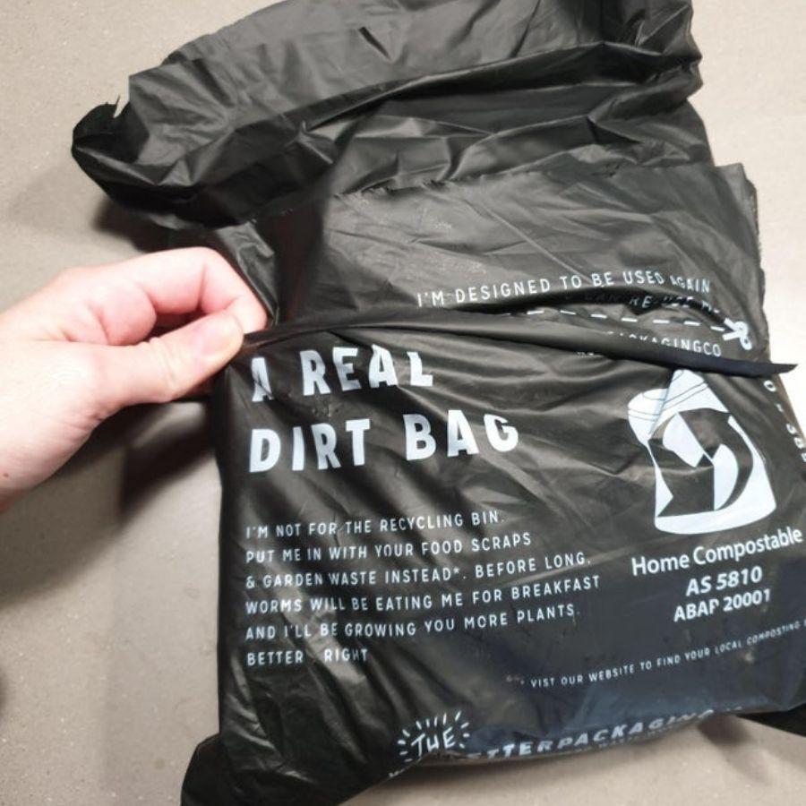 4. Az igazi szemét<br />A legtöbb nejlonzacskó online shoppingolás következtében kerül hozzám, hiszen ilyenkor a szállítás miatt kell a csomagolás. Ezt előzi meg az a cég, ahol 100%-ban, házilag komposztálható zsákokba csomagolják a dolgokat.