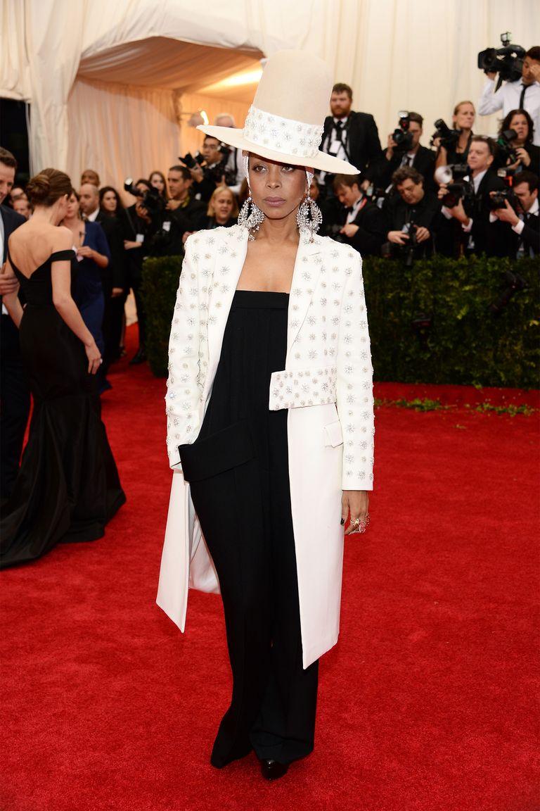 Kalap, kabát.<br /><br />ERYKAH BADU<br />Givenchy Couture, 2014