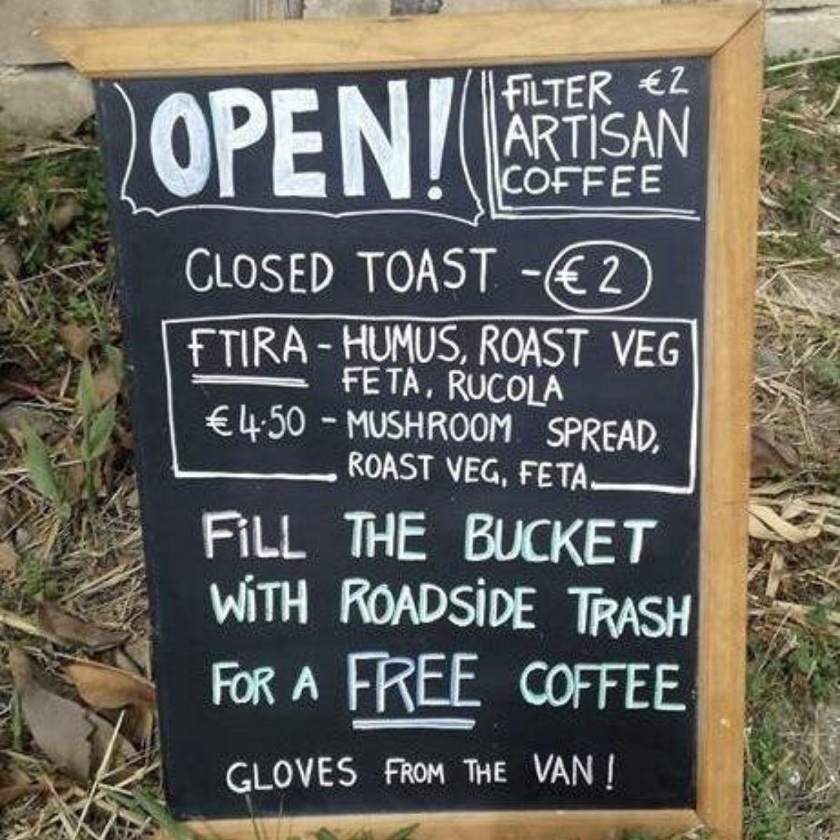 12. Mindenki jól jár<br />Ez a büfé ingyen kávét ad azoknak, akik összeszednek egy vödör szemetet a környéken (és kesztyűt is, hogy a művelet higiénikus legyen).