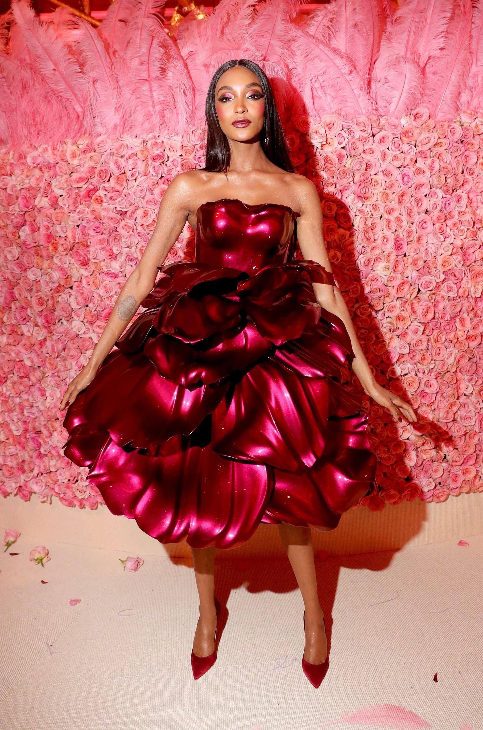 Jourdan Dunn ruháját egy titán keretre erősített, 3D printelt rózsaszirmok alkották a 2019-es Met Gálán