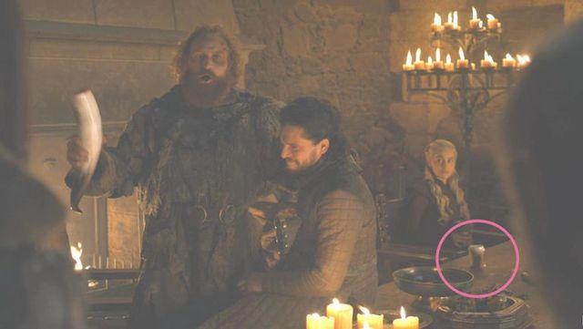 11. Daenerys a Starbucksból<br /><br />Évek óta menő a Srákányok Anyjának öltözni Halloweenkor, és a befejező évadot követő felháborodás miatt már-már azt javasolnám, hogy jobb skippelni, DE! Egy sima starbucksos papírpohárral megmenthető a dolog, és egyszerűen újrahasznosíthatod a tavalyi szettet!