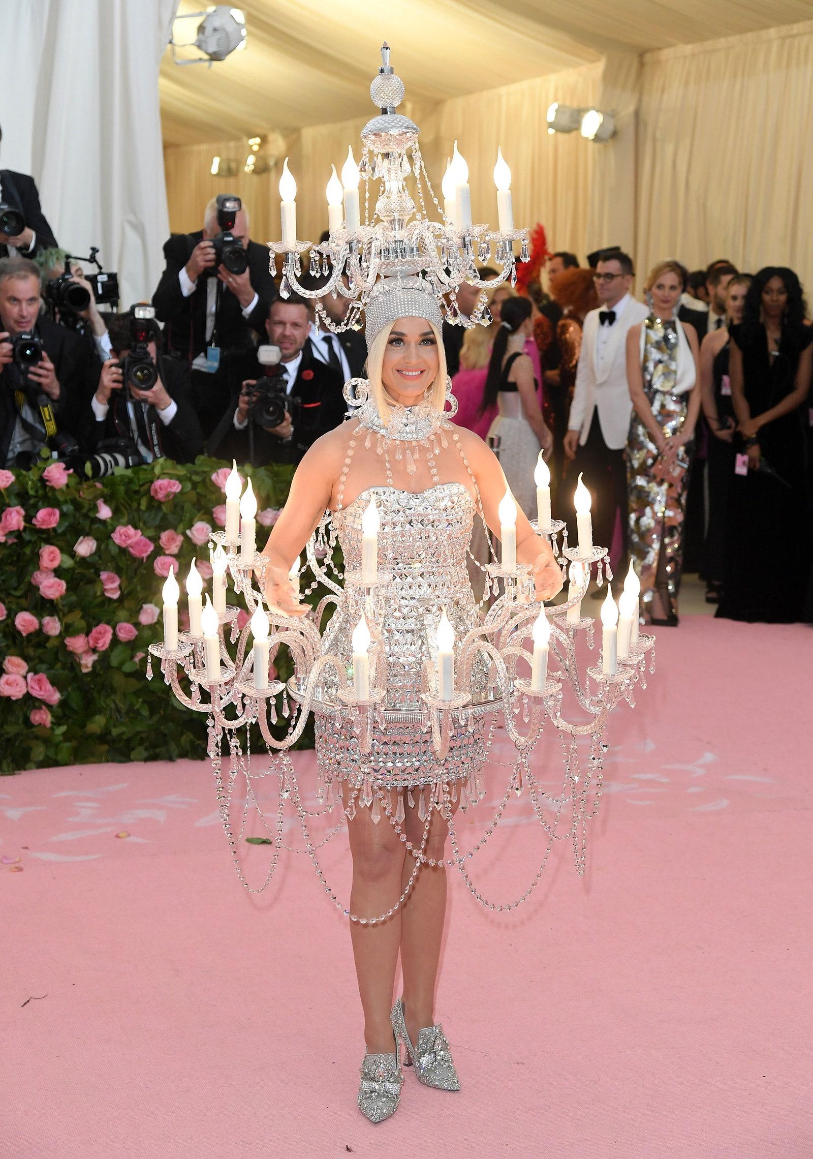 Nem is Katy lenne, ha nem egy csillárban jelent volna meg.<br /><br />KATY PERRY<br />Moschino, 2019<br />