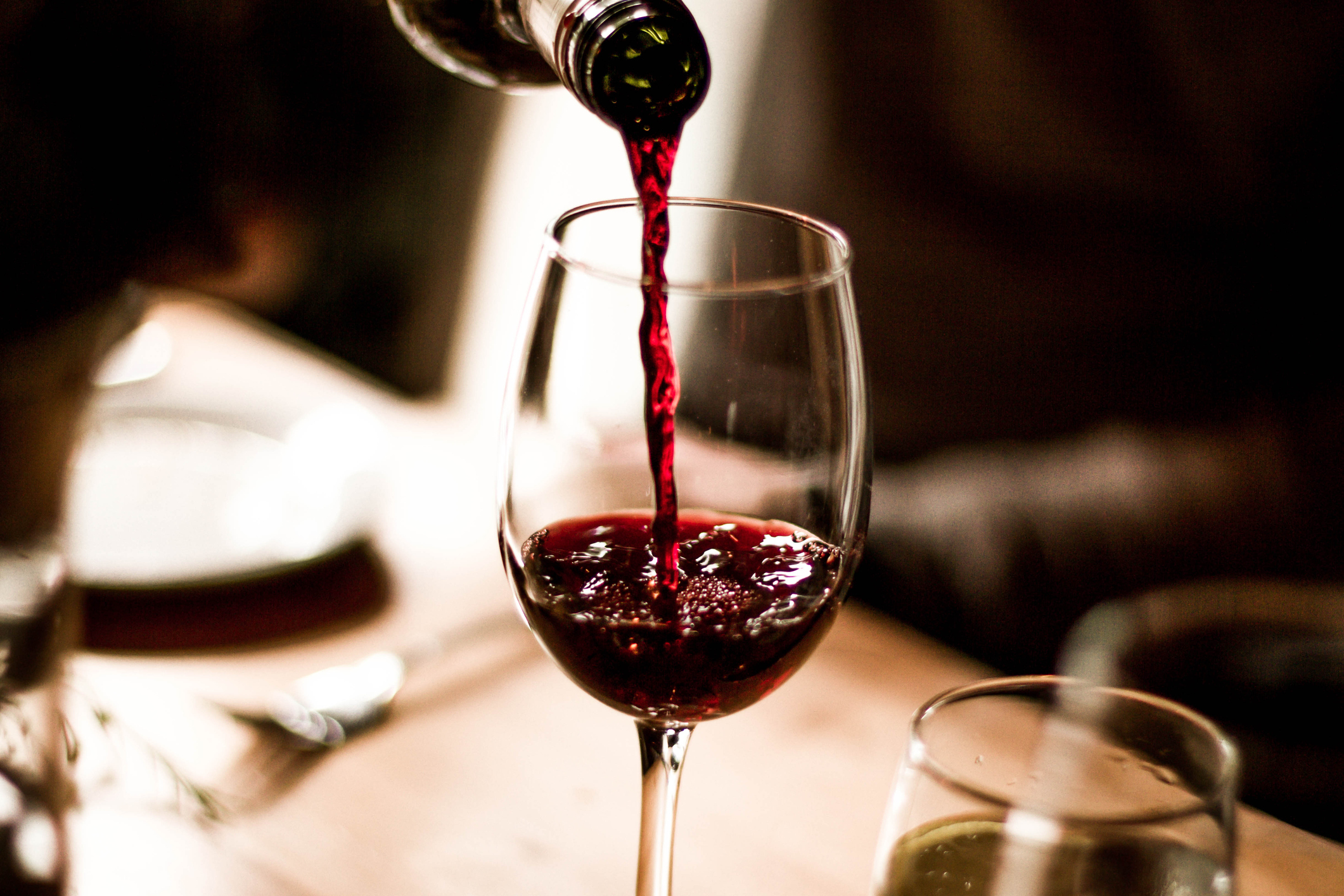 pouring_red_wine_in_glass.jpg