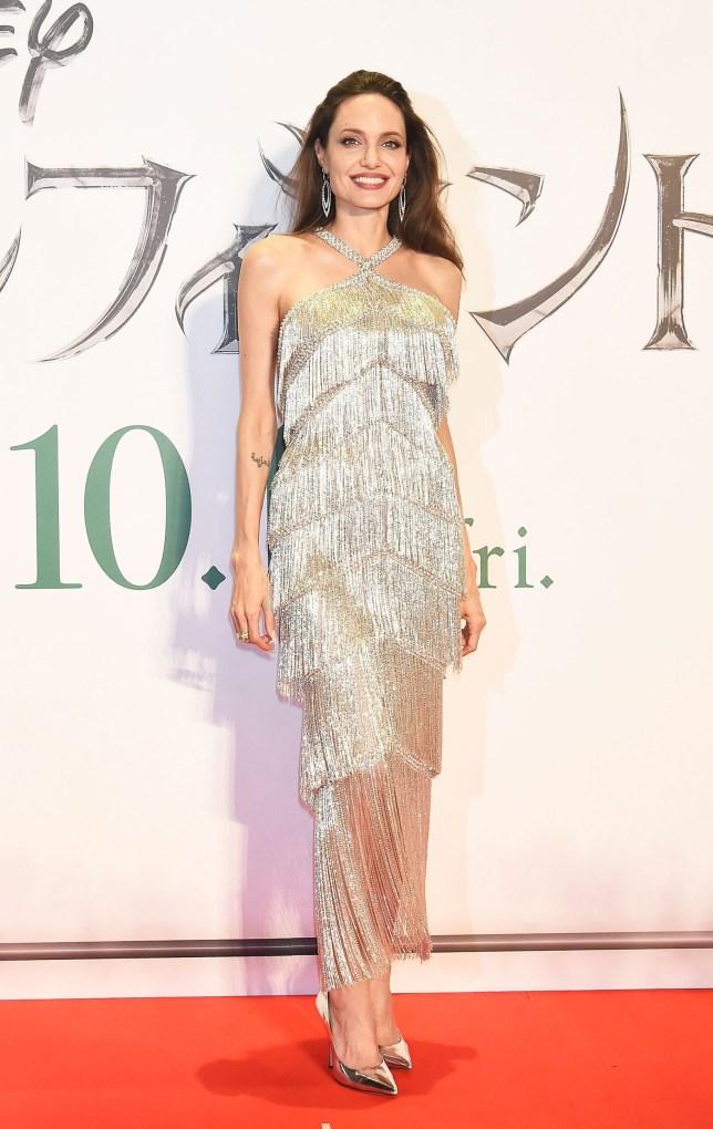 Tokióban aztán elengedte a feketét, és egy kristályos, rojtos Ralph & Russo Couture ruhában jelent meg.