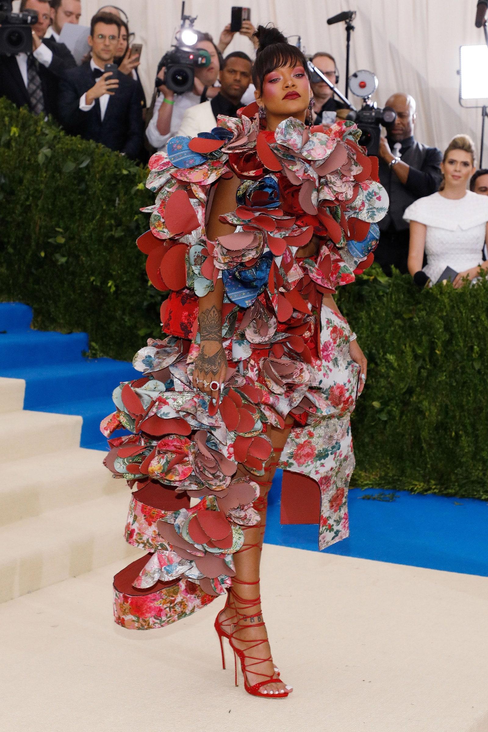 Erősen a jelmezbáli stílus felé hajlik Rihanna ruhája, de az biztos, emlékezetes.<br /><br />RIHANNA<br />Comme Des Garcons, 2017<br />