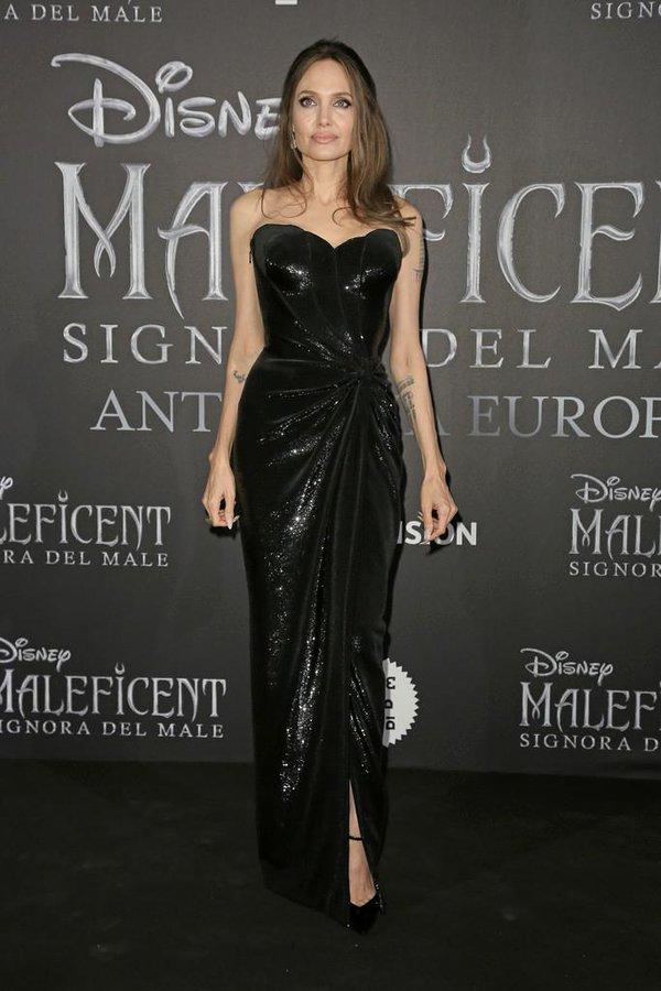 Egy újabb fekete Versace bizonyítja, hogy azért nem cserélték ki teljesen a színésznőt. Bízzunk benne, hogy a jövőben több Givenchy-ra és kevesebb Versace-ra számíthatunk.