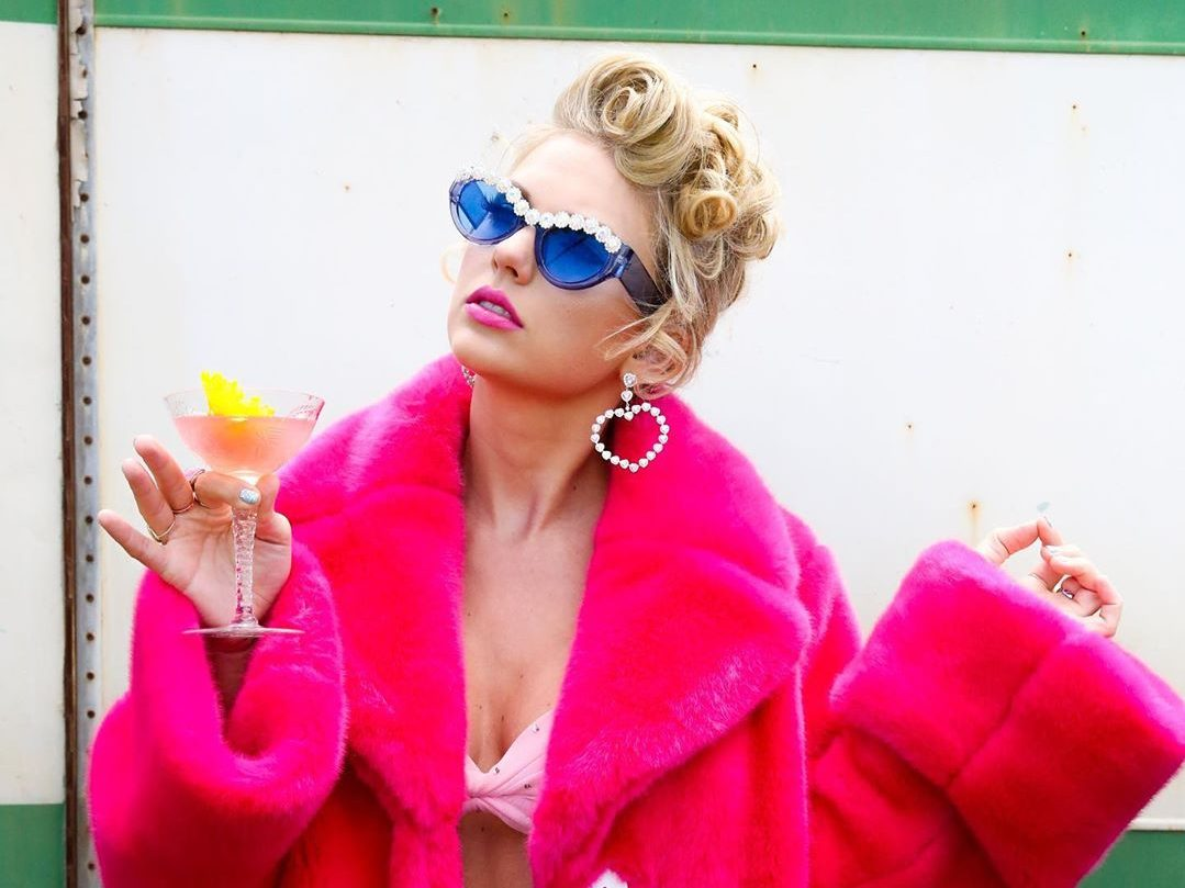 1. Taylor Swift a You Need To Calm Down videóból<br /><br />Taylorban sosem kell csalódnunk, minden videójának saját vizuális világa van. Idén már a Me! is erős volt, de a You Need To Calm Down pink bundája és extra szemüvege meggyőzőbb. Plusz, ki ne akarná, hogy a jelmeze kötelező kiegészítője éppen egy koktél legyen?