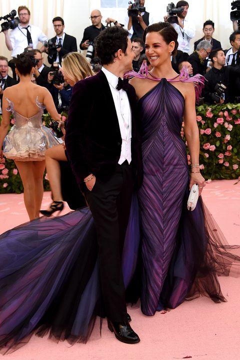 A tervező, Zac Posen és Katie Holmes a 2019-es Met Gálán