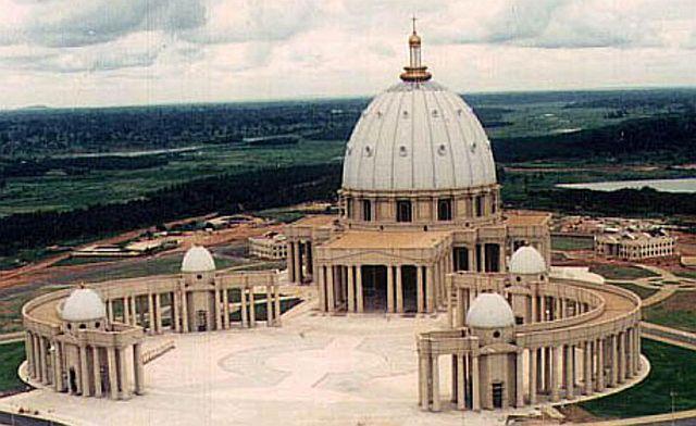 Yamoussoukro_-_Vue_generale_sur_la_Basilique_Notre-Dame-de-_1.jpg
