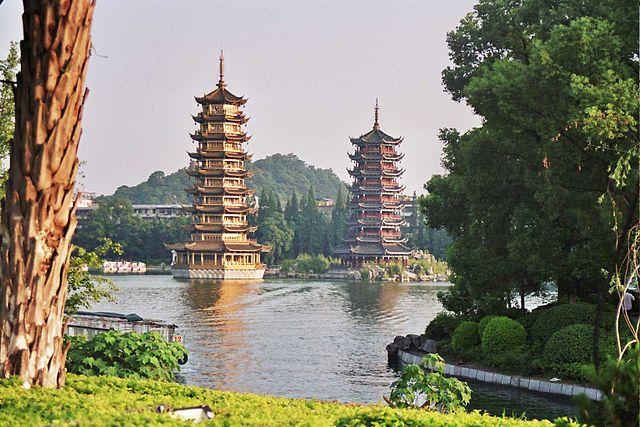 Pagodas_en_el_lago_Shanhu_guilin.jpg