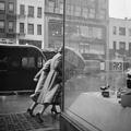 A kurátor tart tárlatvezetést Vivian Maier kiállításán