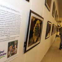 Teltház a hátrányos helyzetű gyermekek fotókiállításán
