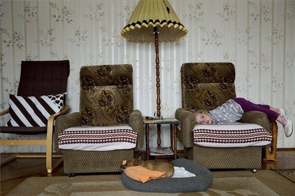 Ajpek Orsolya, az Index fotóriportere Otthon, édes otthon című sorozatának egyik felvétele. A sorozat első díjat nyert a Mindennapi élet kategóriában a 36. Magyar Sajtófotó Pályázaton.