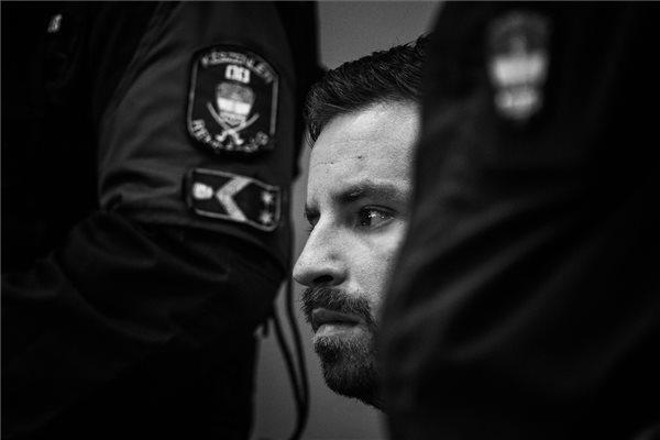Mónus Márton, az MTI/MTVA fotóriportere A per című sorozatának harmadik felvétele, amely Gulyás Mártonnak, a Humán Platform aktivistájának tárgyalásán készült a Budai Központi Kerületi Bíróságon 2017 áprilisában. A fotósorozat a 36. Magyar Sajtófotó Pályázat Képriport kategóriájában harmadik helyezést ért el.