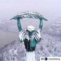 A nap képe! @nandorlang with @get_repost @lumecube @djiglobal ・・・ ______________________________________________ The Liberty Statue at the top of Gellért Hill overlooks all of snow-covered Budapest allowing for spectacular views. . ... Lit by LumeCube