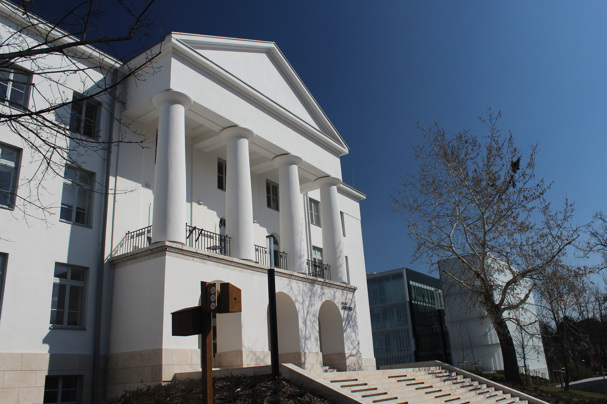 A régi főépület (Master) megmagasított homlokzata, 2020 (fotó: Papp Géza, Fővárosi Blog)