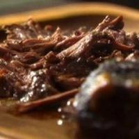 Lassan főtt fokhagymás-gombás marhasült, ízletes pecsenyemártással