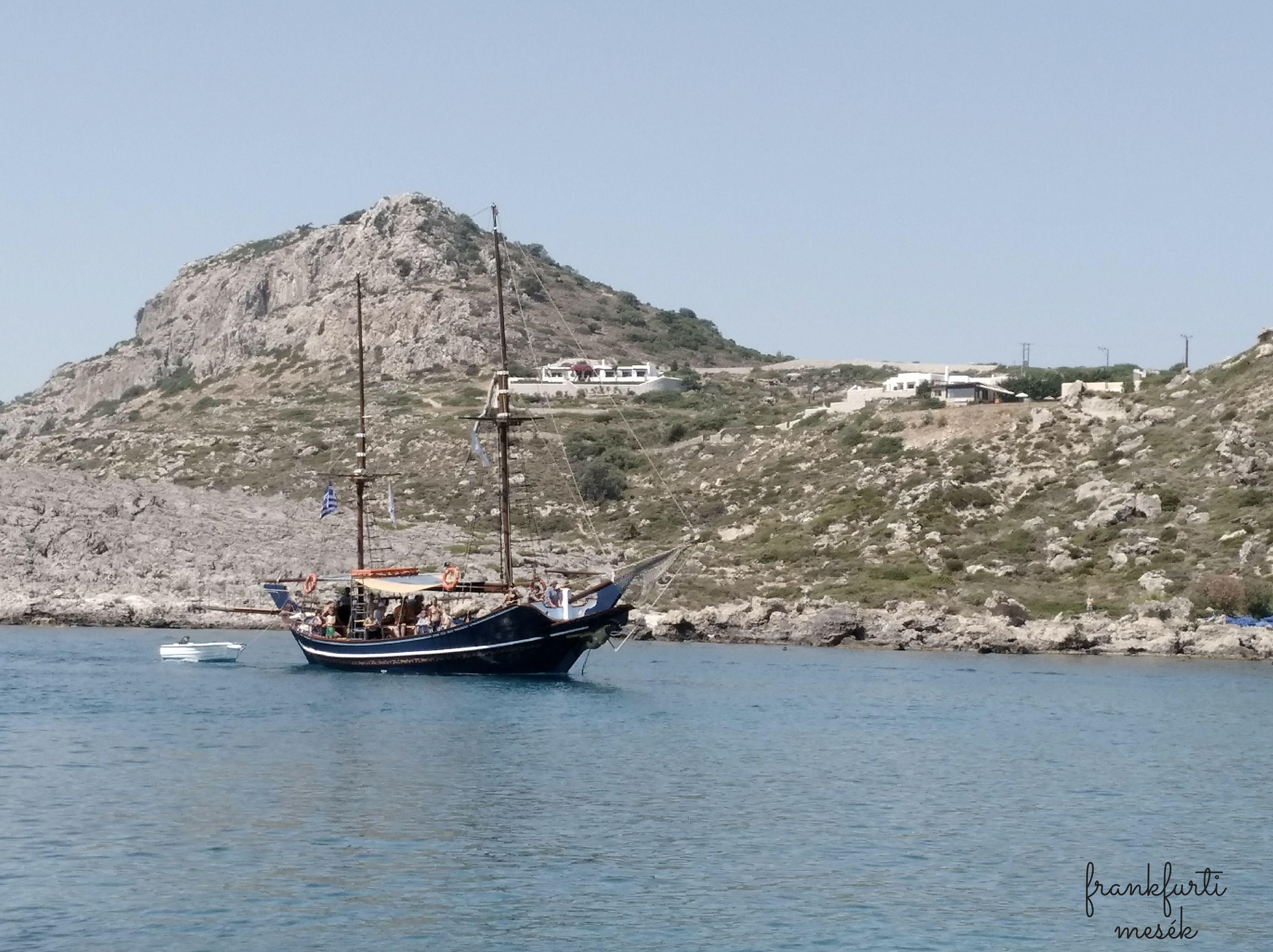 Az egyik turistákat szállító hajó.