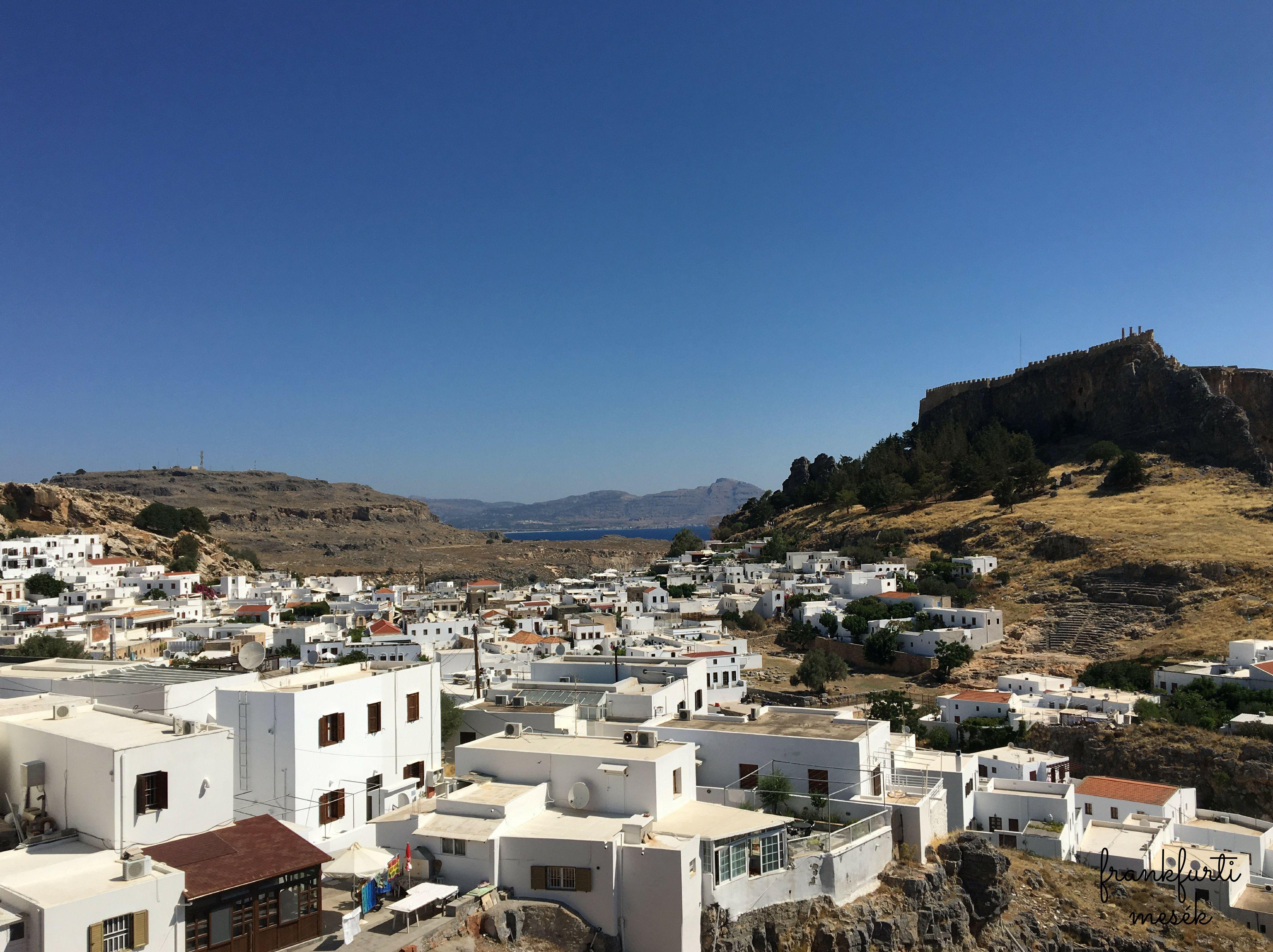 Lindos város, jobbra az Akropolisz.
