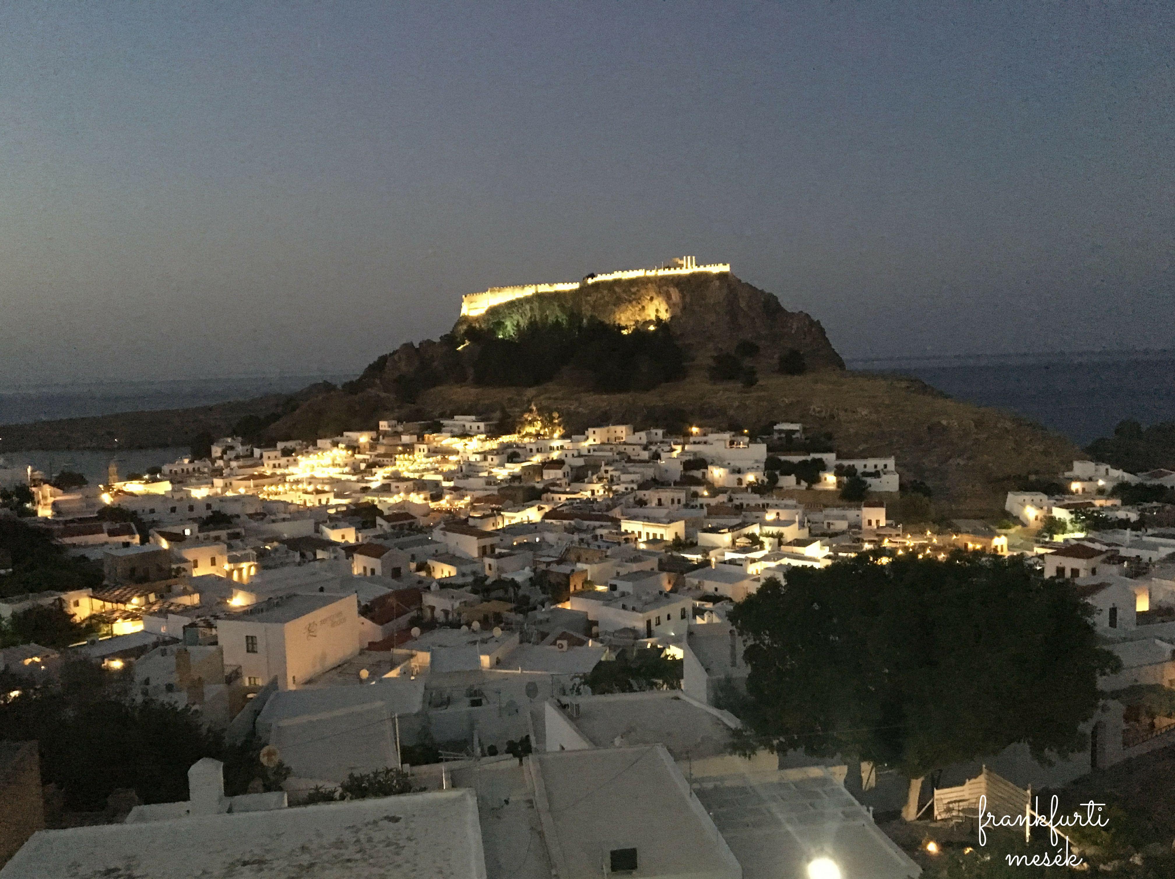 Lindos este kivilágítva, az Akropolisz a háttérben.
