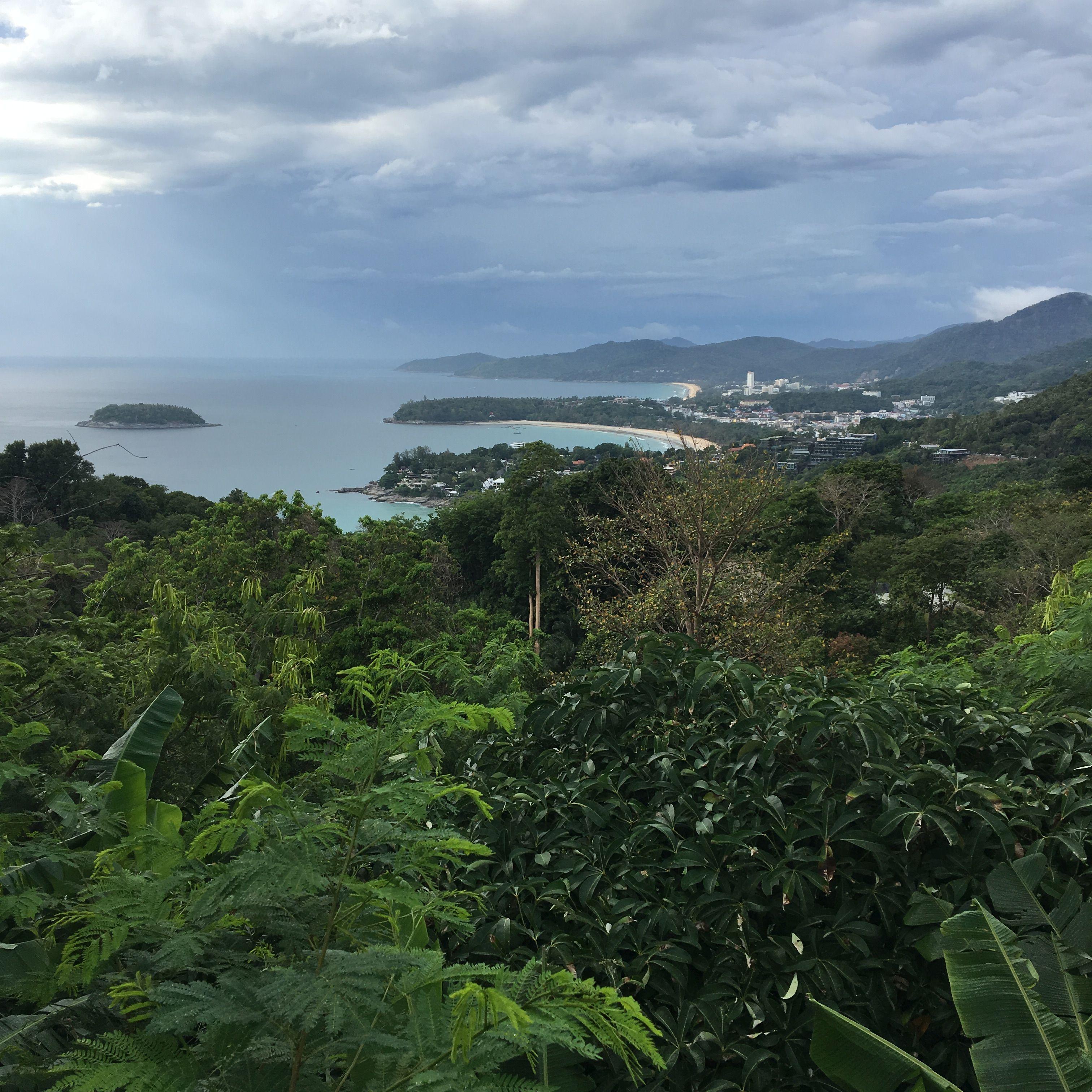 Sorrendben:<br />Katanoi<br />Kata (vele szemben van a kis sziget) és<br />Karon part