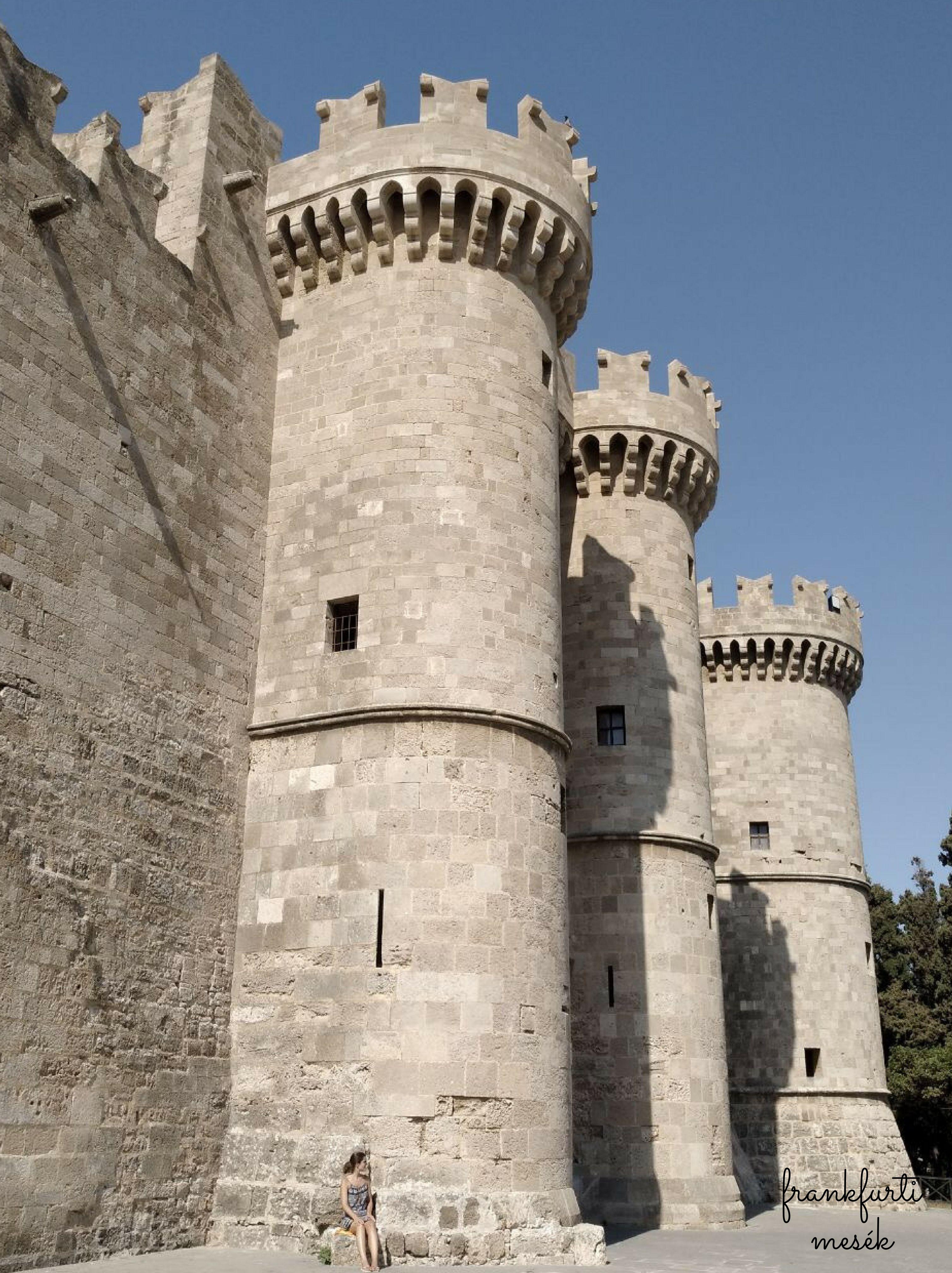 Nagymester Palota, Rodosz. (Grand Master Palace) A torony tövében én ülök, látszik milyen hatalmas a palota.