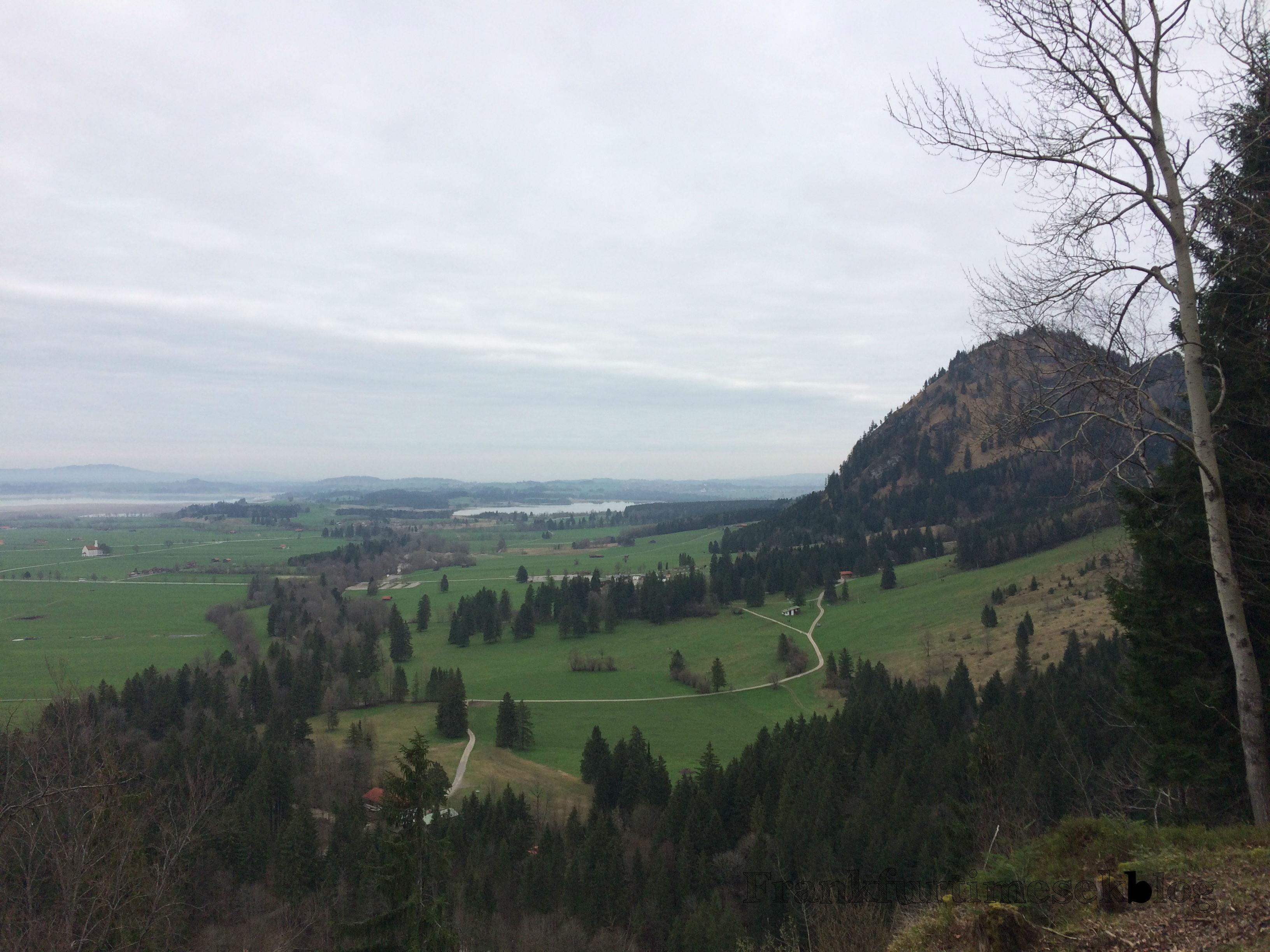 Kilátás a hegytetőről, háttérben az Alpsee