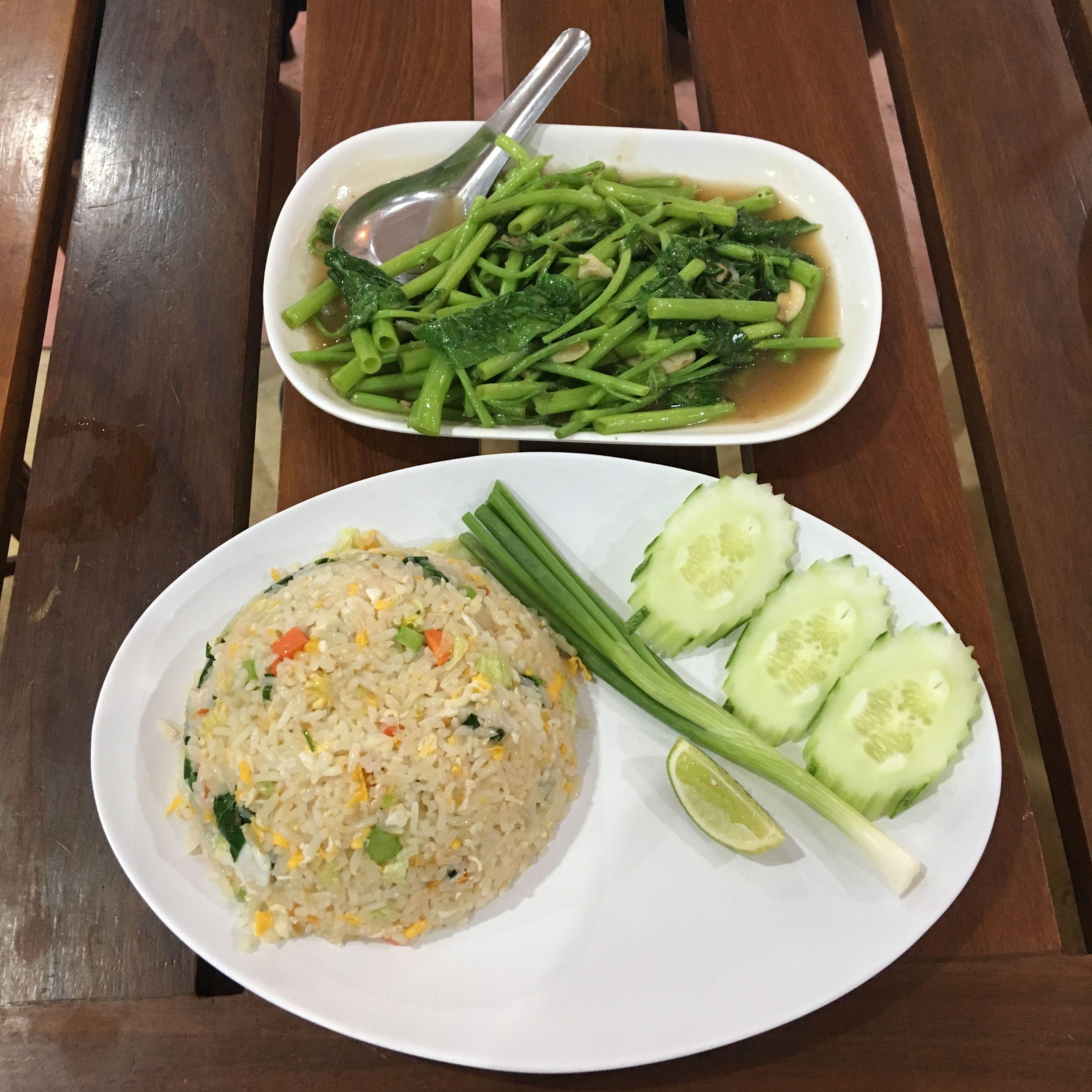 Morning glory, hús és halmentes zöld zöldségek rizzsel. Finom volt, sőt itt még a sima rizsnek is jó íze volt.