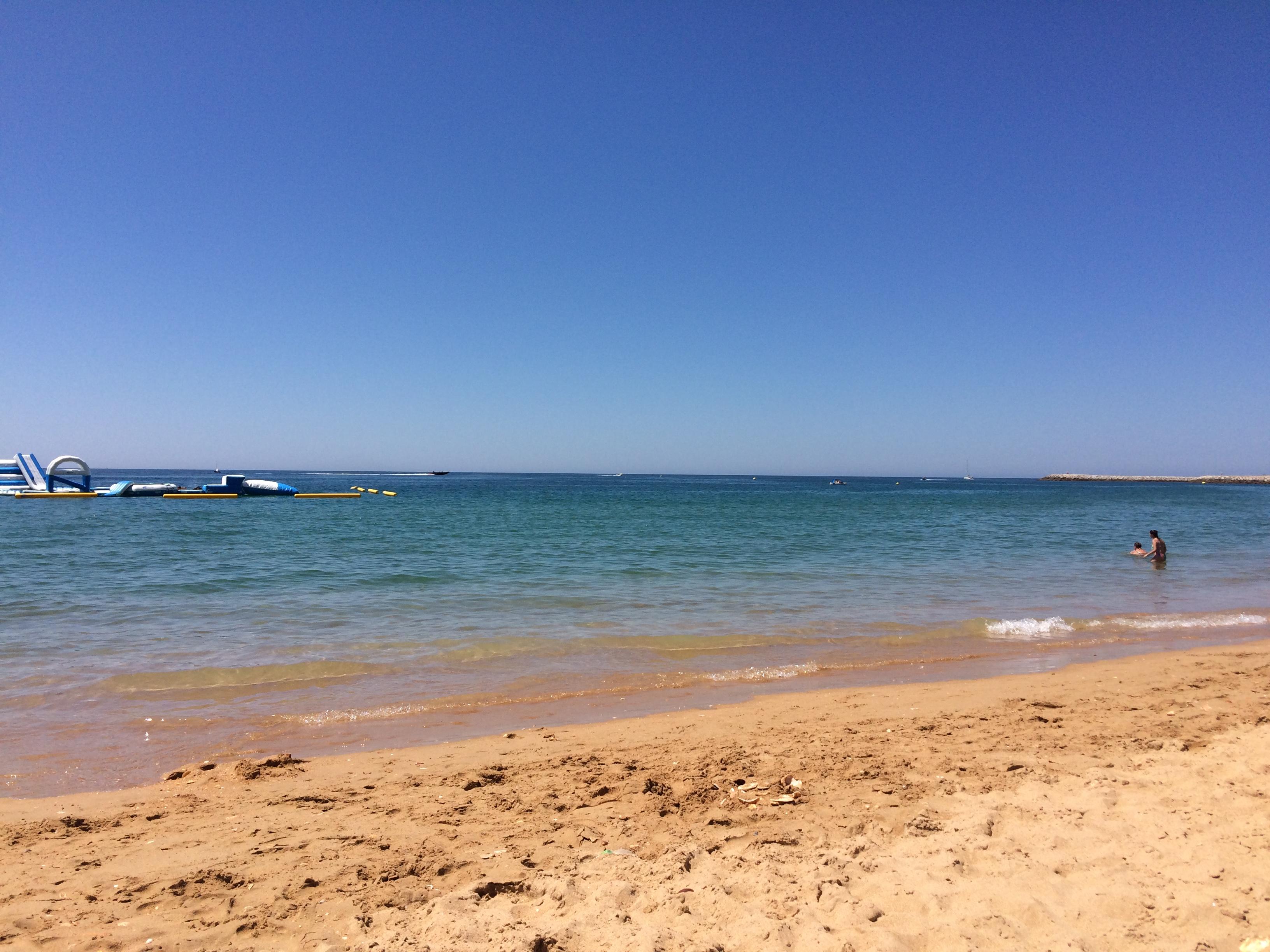 Albufeira strand, valamint a vízijátszótér a bal oldalon.