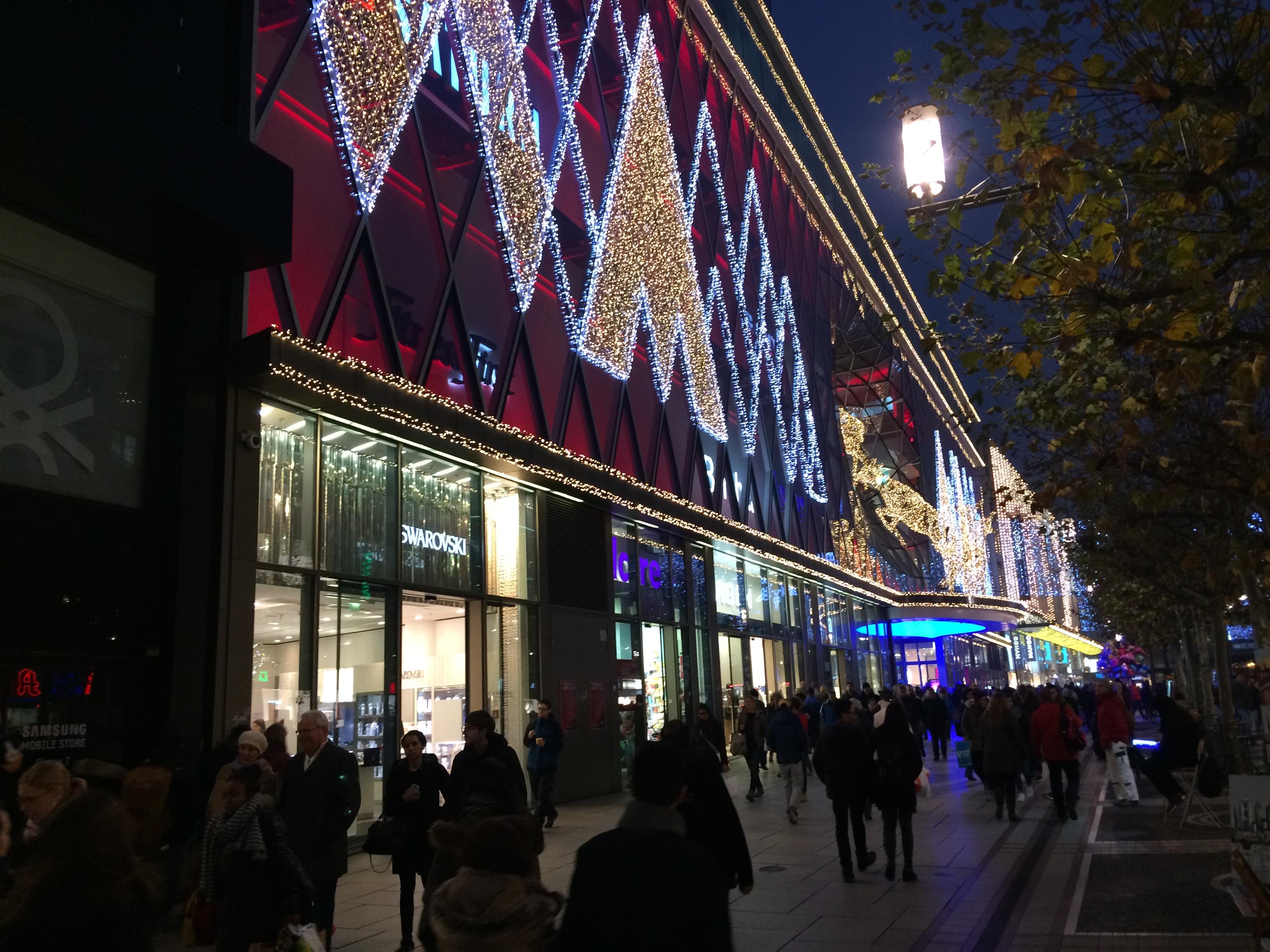 A MyZeil Bevásárlóközpont karácsonyi kivilágításban.