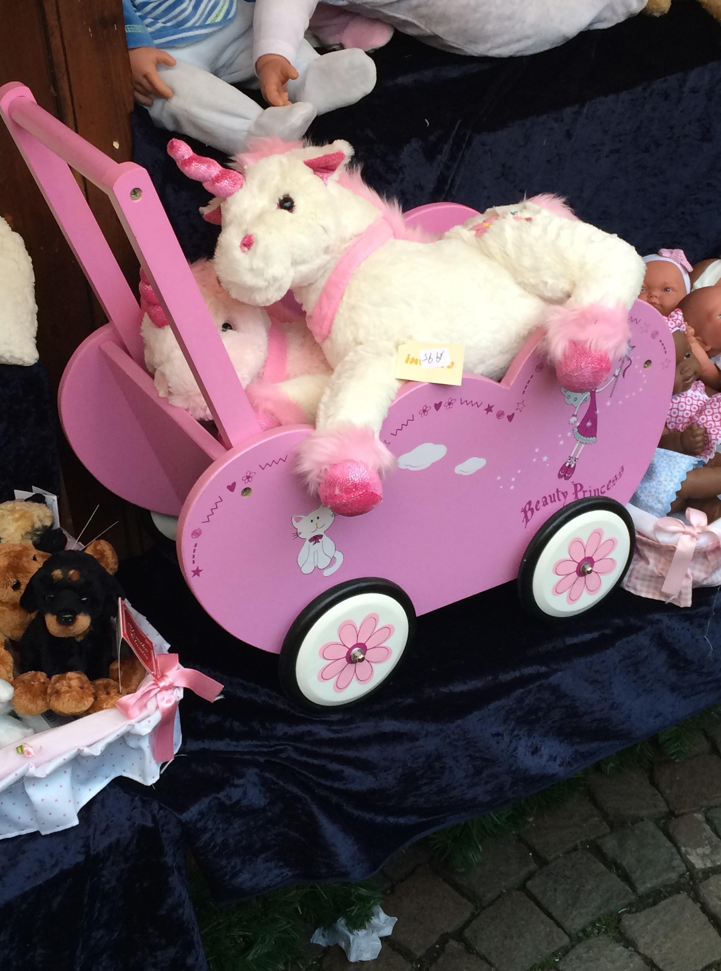 Ez pedig amit én szeretnék karácsonyra, mert még nincsen rózsaszín babakocsiban ülő pink unikornisom. Köszönöm.