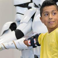 Csillagok háborúja témájú nyomtatott kart kapott egy kilencéves kisfiú