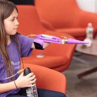 Különleges műkarokat nyomtat egy 11 éves kislány